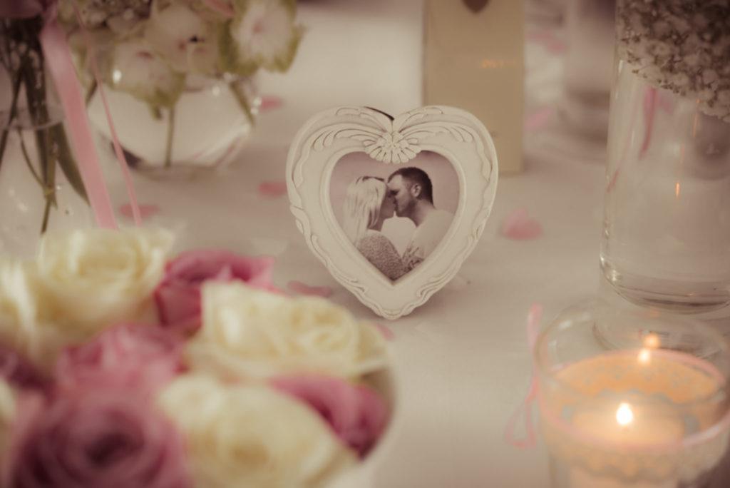 Viele der kleine Details einer Hochzeitsdeko wurden mit viel Liebe ausgesucht. Oft verstecken sich kleine Geschichten oder persönliche Erinnerungen dahinter. Gut, wenn der Fotograf das erkennt.