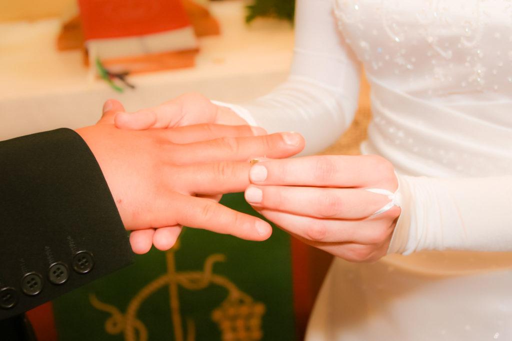 Das Anstecken des Ringes ist einer der emotionalsten Momente während der Trauung. Foto: Robert Müller Photographie