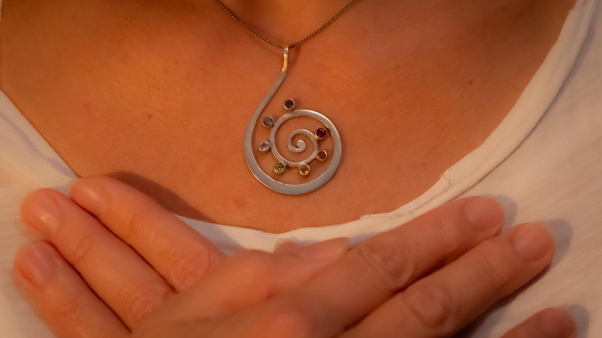 Yoga Fotografie by 44one - Detail Frau mit Kette und überkreutzten Händen auf der Brust