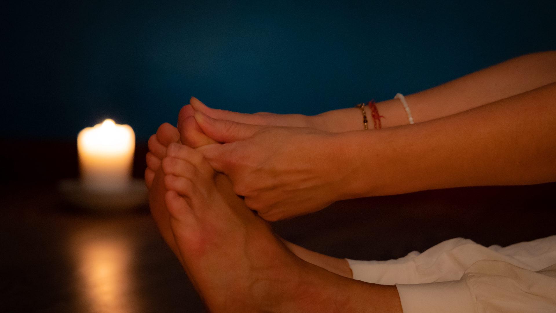 Yoga-Fotografie - Eine Frau berührt ihre Zehenspitzen