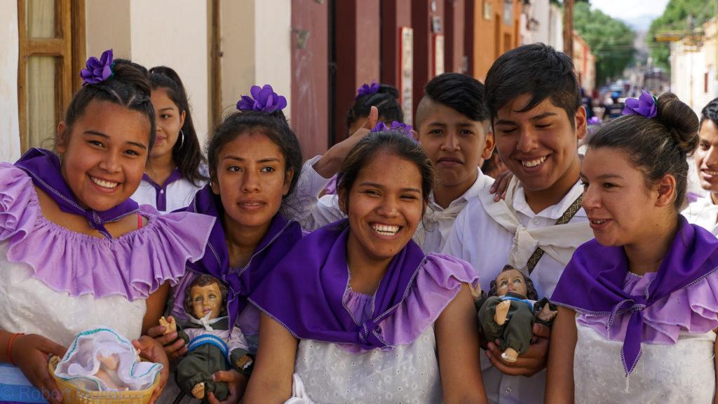 Kinder mit Jesus-Figur beim Fest der Heiligen Drei Könige in Humahuaca